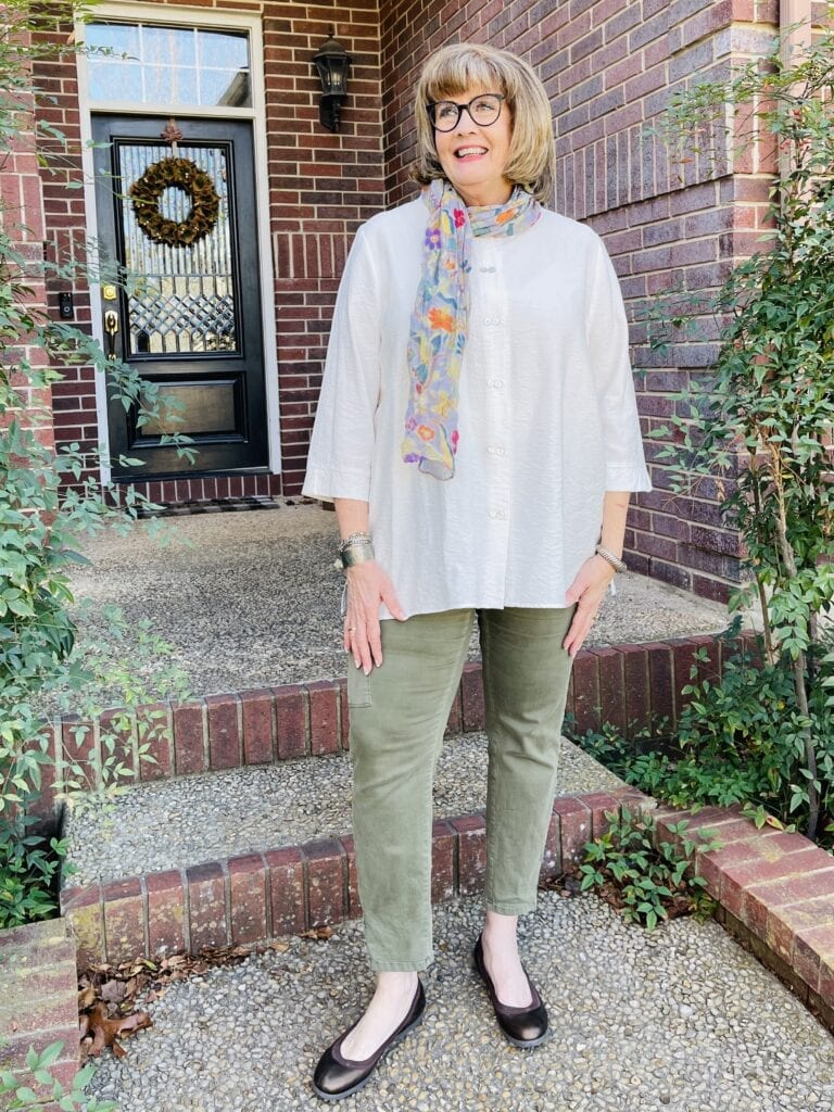 Pamela Lutrell wearing a flattering cargo pant style on over 50 feeling 40